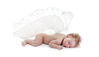 Почему ребенок смеется во сне и что делать?
