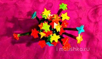 Цветы из пластиковых бутылок в вазе