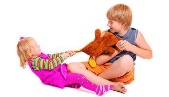 Как поступать, когда старший ребенок обижает младшего?