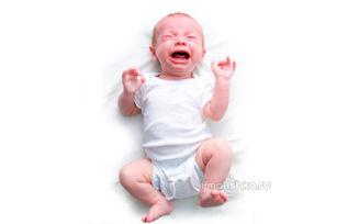 Почему новорожденный плачет во время купания?
