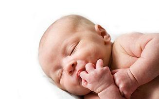 Почему ребенок 2 месяца сосет кулачок?
