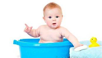 Купание новорожденного в  большой ванне — упражнения